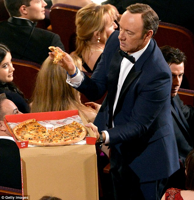 Kevin Spacey mangia la pizza