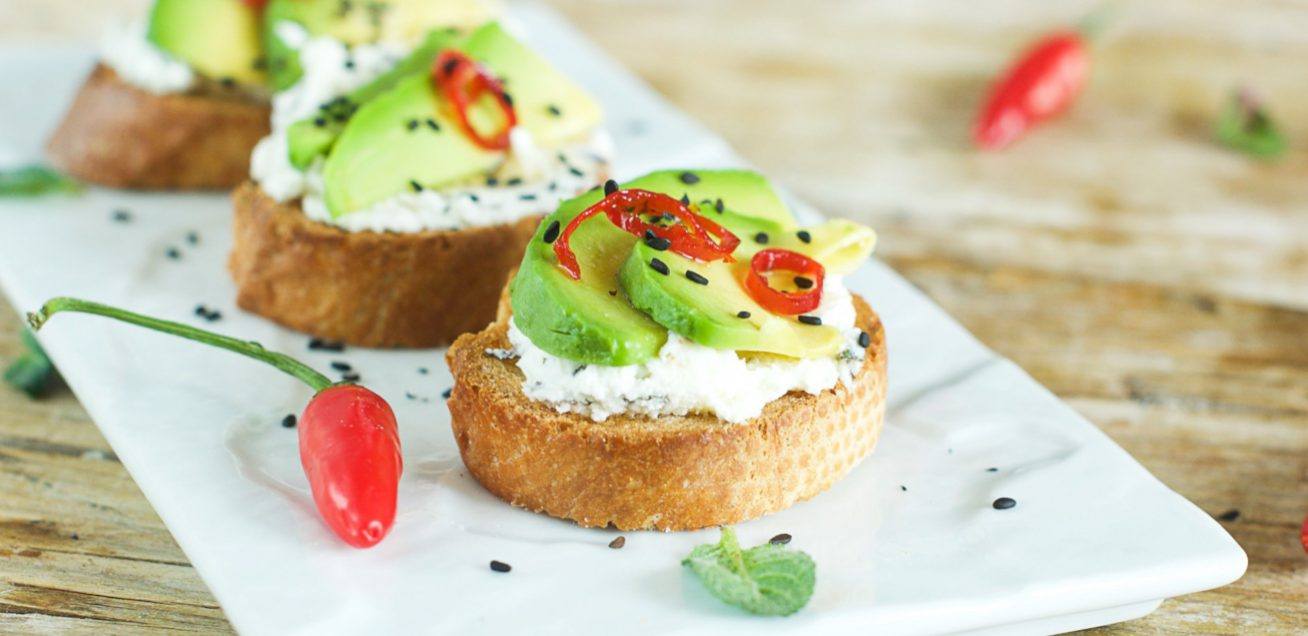 crostini-avocado-piatto