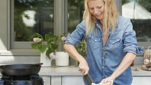 gwyneth-paltrow-cooking-chicken-1120