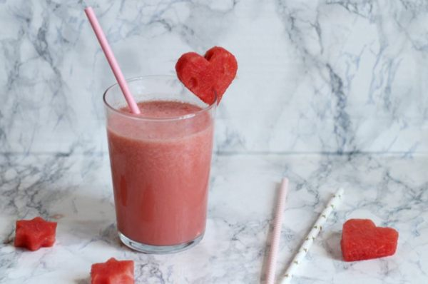 bicchiere di smoothie con cannucce