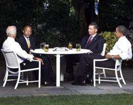 Il summit della birra nel giardino della Casa Bianca tra Barack Obama, il vice presidente Joe Biden, il professore Henry Louis Gates e il sergente James Crawley della polizia di Cambridge